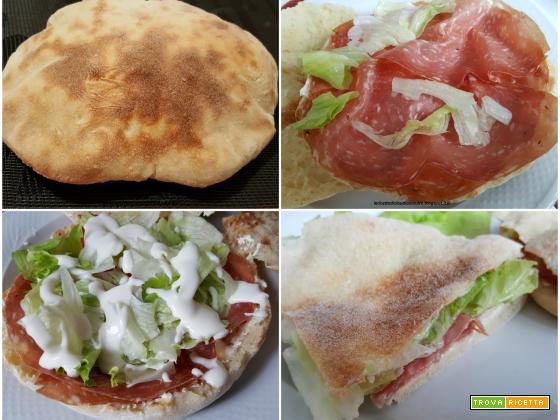 Pane pizza o pitta con salame golfetta, formaggio spalmabile, iceberg