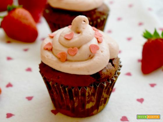 Cupcakes al cacao con frosting alle fragole