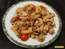 Pasta con salsiccia e funghi champignon