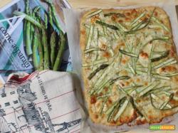 Focaccia con asparagi e mozzarella