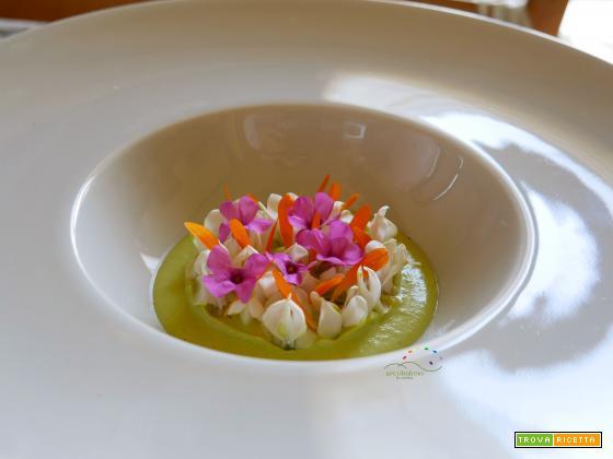 Crema fredda di Piselli e Anacardi guarnita con fiori di Acacia, Calendula e Acetosella