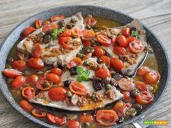 Tonno ai pomodorini, olive, alici, capperi e crema di pomodorini secchi