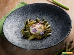 Uovo cremoso e asparagi su nido di pasta fillo : eleganza in tavola