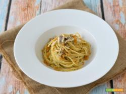 Spaghetti con le acciughe fresche e il pangrattato