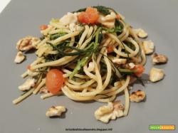 Spaghetti con agretti, gorgonzola, noci e pomodorini