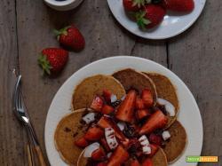 Pancakes di avena alle fragole, cocco e cioccolato