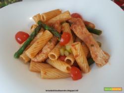 Tortiglioni con asparagi, tacchino e pomodoro