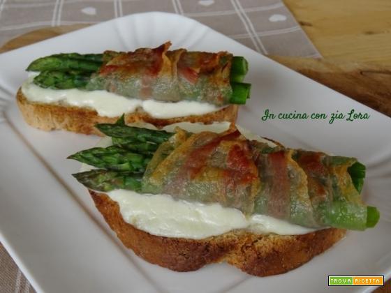 Crostoni mozzarella asparagi e guanciale