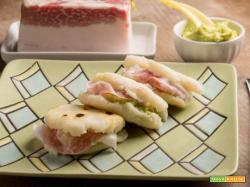 Arepas farcite con guacamole e petali di lardo: una specialità