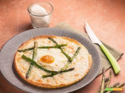 Pizza con asparagi e uovo , una preparazione gustosa