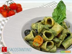 Rigatoni crema di spinaci e ricotta, olive e pomodorini