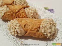 Cannoli con pasta e granella di mandorle