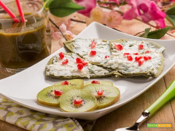 Piadina di spirulina con crema spalmabile, kiwi e melograno