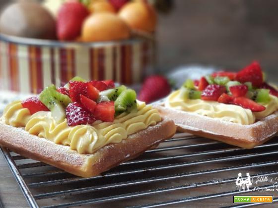 Gofry croccanti con crema mascarpone e frutta mista