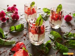 Dessert in coppetta con fragole crema vegan e biscotti al cacao sbriciolati