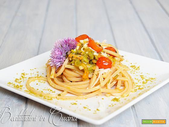 Spaghettoni ai fiori di zucca e polvere di pesto