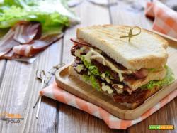 Club sandwich con bacon e senape al miele