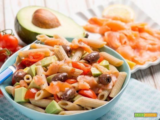 Proteggere la vista: insalata di pasta con salmone, avocado e pomodorini