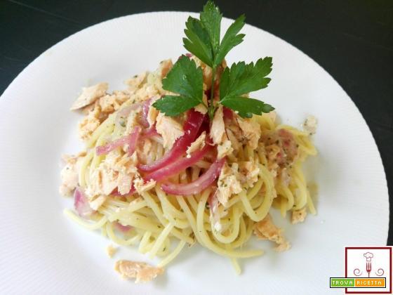 Spaghetti con crema di cipolle rosse e salmone