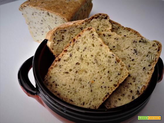 Pane in cassetta morbido con mix di semi