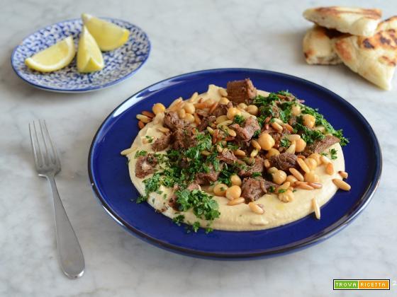Hummus Kawarma (Hummus con agnello e salsa al limone)