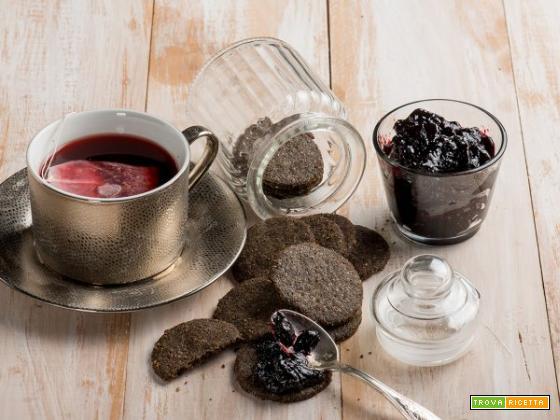 Biscotti veg senza glutine con tè ai frutti rossi e marmellata