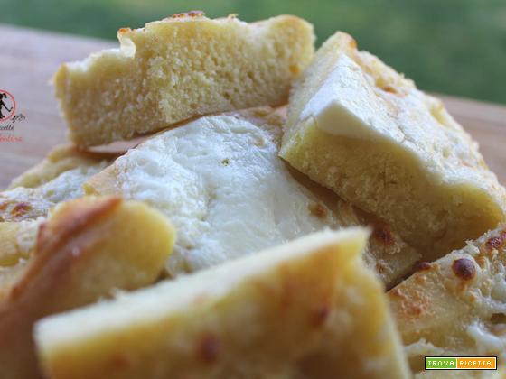 Focaccia di semola di grano duro rimacinata allo stracchino