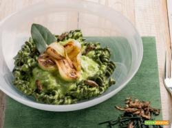 Pasta con alga spirulina, crema di basilico e grilli: grande valore proteico