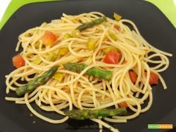 Spaghetti veloci con asparagi e pomodoro