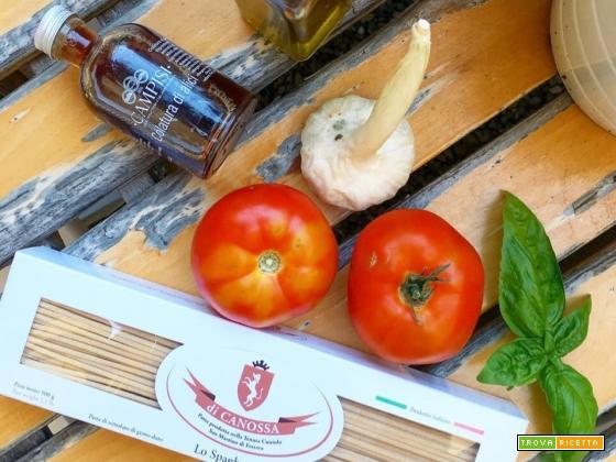 Spaghettone Canossa Aglio, olio, peperoncino, colatura di alici e di insalta di pomodori