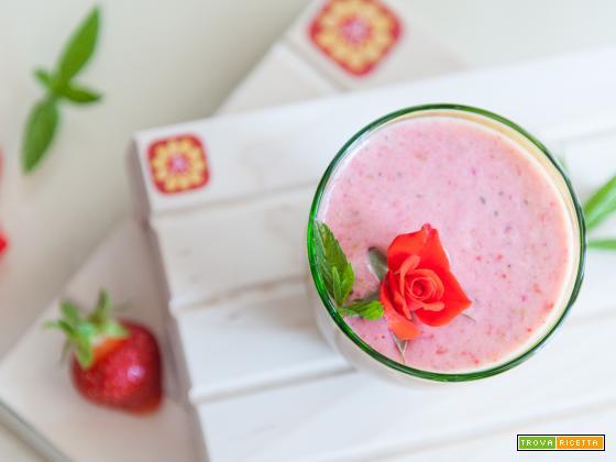 Smoothie alla fragola con menta e petali di rosa