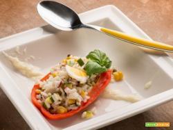 Pasto ricco con i peperoni ripieni con riso freddo alle verdure