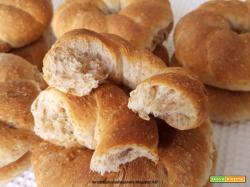Ciambelline di pane con crusca e semi di girasole