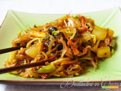 Noodles di patate con verdure e carne