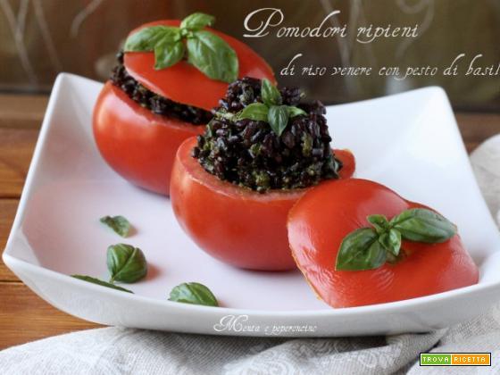 Pomodori ripieni di riso venere con pesto di basilico