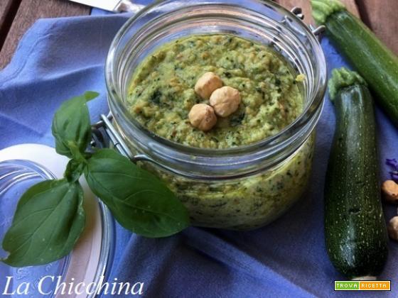 Pesto con zucchine crude e nocciole