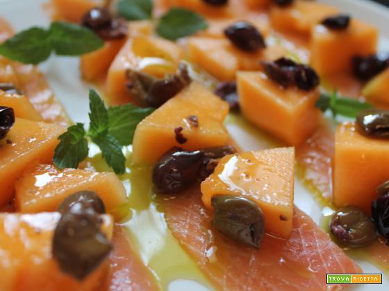 Salmone con olive taggiasche e melone