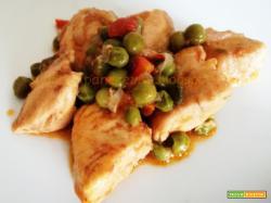 Petto di pollo con pomodorini e piselli