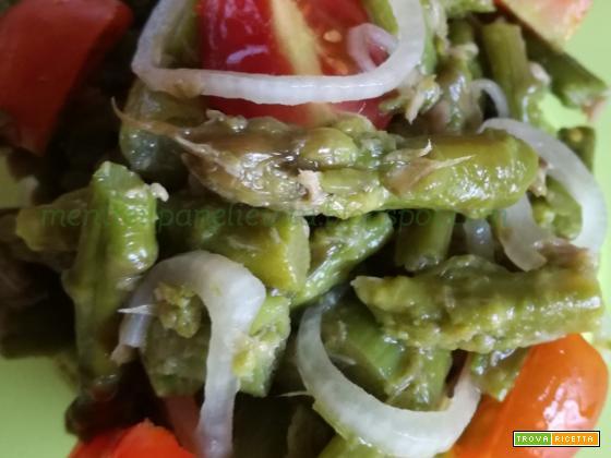 Asparagi con tonno e cipolla in insalata