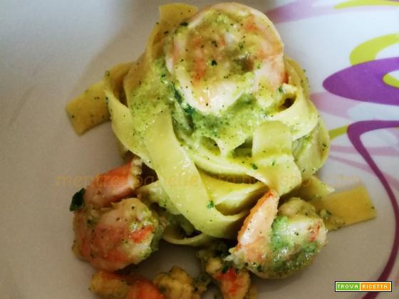 Tagliatelle con pesto di zucchine e gamberi