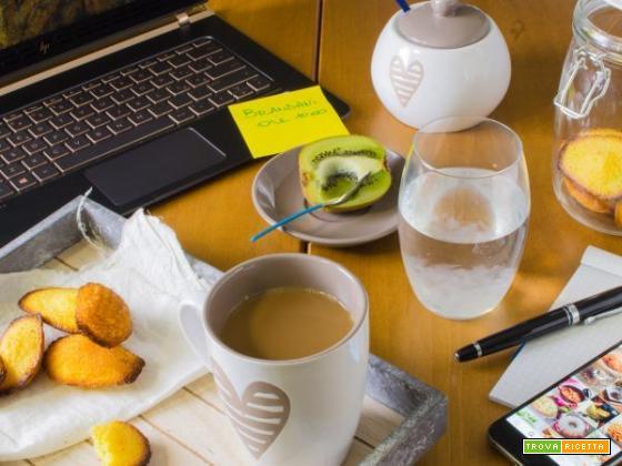 Colazione in ufficio a base di madeleine, tè, kiwi e acqua di aloe