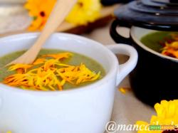Zuppa tiepida di lattuga con stracchino e fiori di calendula