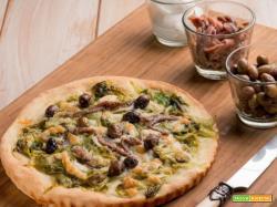 Ecco una deliziosa pizza con con olive taggiasche, scarola brasata e acciughe