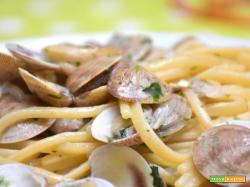 Spaghetti alle vongole | Ricetta semplice e veloce ideale tutto l'anno