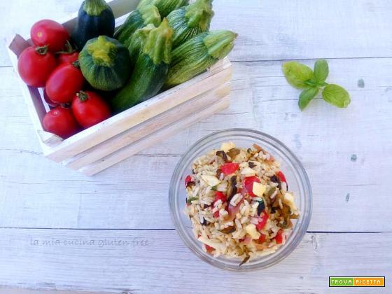 Insalata di riso con verdure e pomodori