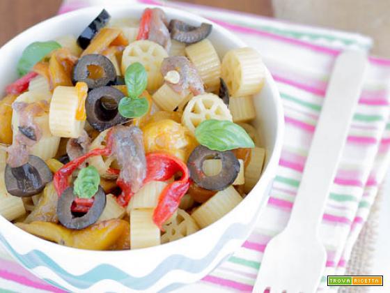 Ruote con peperoni, olive nere e acciughe
