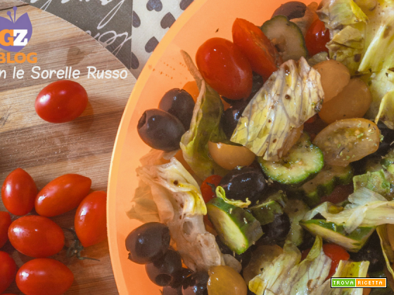 Insalatona mediterranea con cetrioli e olive nere