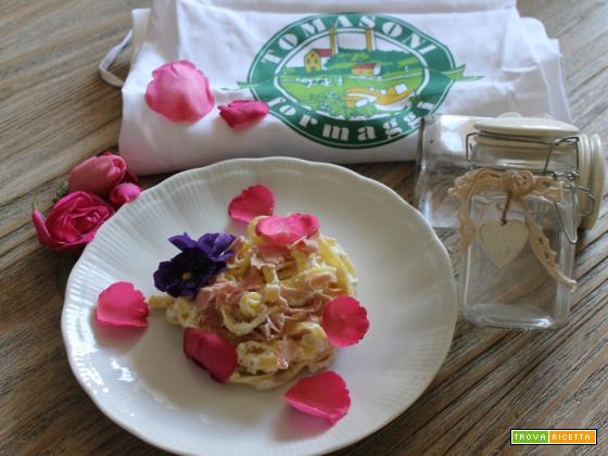 Tagliatelle alla ricotta con petali di rosa e viole