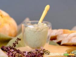 Crema spalmabile con fiori di basilico perenne del Kilimangiaro e basilico greco