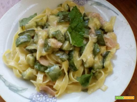 Tagliatelle cremose con zucchine e prosciutto cotto